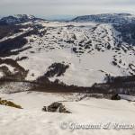 Siamo in cresta. Sguardo verso Serra di Crispo e Serra delle Ciavole divisi dalla Grande Porta del Pollino.