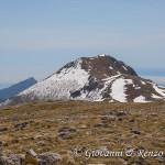 Serra Dolcedorme e sullo sfondo il monte Sellaro e lo Ionio coperto da un letto di nuvole