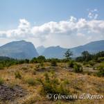 La timpa di San Lorenzo e la Timpa Porace divise dalla gola di Barile e sullo sfondo il Monte Sellaro