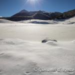 Laghetto ghiacciato e sullo sfondo Serra Dolcedorme