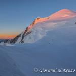 La cima del Monte Bianco oltre il Col della Brenva