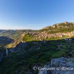 Civita e il Raganello che attraversa il Ponte del Diavolo