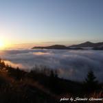 Il sole spunta dal letto di nuvole sulla piana di Campotenese