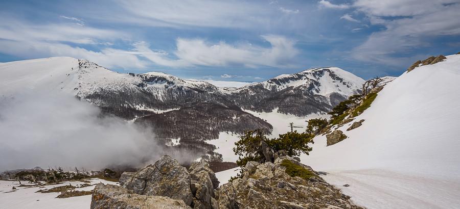 Sguardo dalla vetta verso Serra Dolcedorme e Monte Pollino