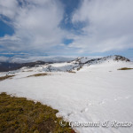 Il letto di nuvole si estende intorno alle cinque vette che sembrano proteggere i Piani di Pollino