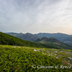 Dalla cresta, uno sguardo verso la valle del Raganello