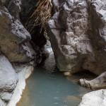 Stretta e lunga galleria con profondo corso d'acqua.