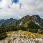 Da destra a sinistra, il monte Frattina, il Petricelle, La Caccia, Serra la Croce, Monte Cannitello e la Castelluccia mentre più vicino a sinistra il monte Faghitello.