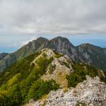 Dalla seconda anticima, la cresta appena percorsa e alle spalle da destra a sinistra, il monte Frattina, il Petricelle, La Caccia, Serra la Croce e il monte Cannitello.