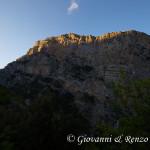 Il sole cala e l'ombra della Timpa di Cassano oscura lentamente la Timpa di San Lorenzo