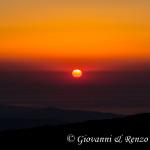 Un sole appena nato si riflette sullo Ionio