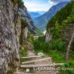 Il ripido sentiero che dalla Busa dell'Acqua conduce al fondovalle della Vallazza