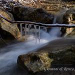 Il veloce scorrere del torrente in contrasto con la staticità del gelo