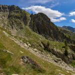Risalendo il vallone di Assedras per raggiungere il rifugio Remondino