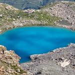 Il bivacco Moncalieri sulla rupe che sovrasta il lago Bianco del Gelas