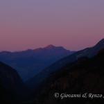 La luna tramonta mentre il sole sorge in Valpelline
